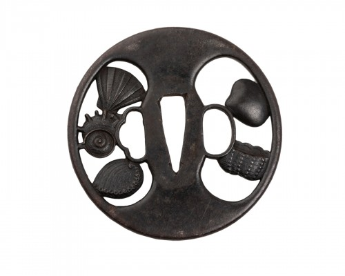 Tsuba en sukashi decorated with shells by Etsizen zyu Kinai, Edo