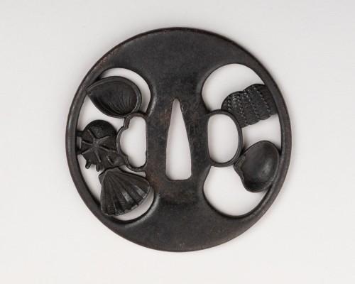 Asian Works of Art  - Tsuba en sukashi decorated with shells by Etsizen zyu Kinai, Edo