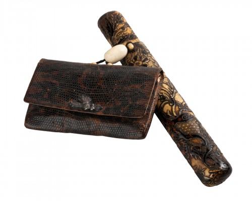 Kiseruzutsu-Pipe case in carved deer horn, black lacquer Japan Edo