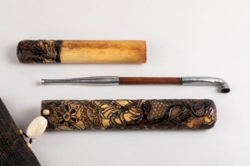 Kiseruzutsu-Pipe case in carved deer horn, black lacquer Japan Edo - Asian Art & Antiques Style
