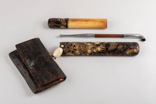 Asian Art & Antiques  - Kiseruzutsu-Pipe case in carved deer horn, black lacquer Japan Edo