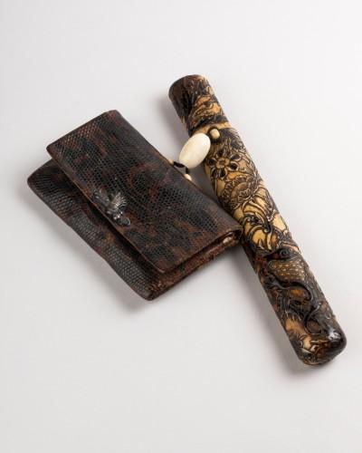 Kiseruzutsu-Pipe case in carved deer horn, black lacquer Japan Edo -