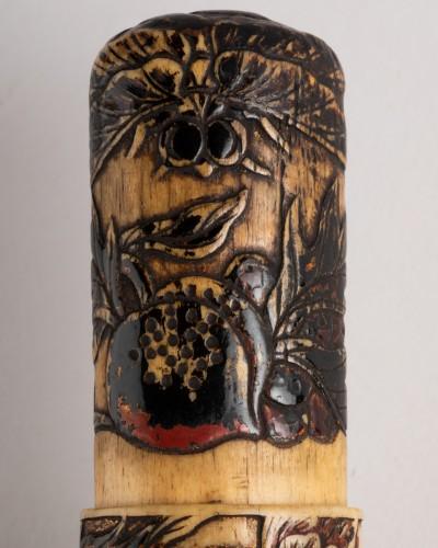 19th century - Kiseruzutsu-Pipe case in carved deer horn, black lacquer Japan Edo
