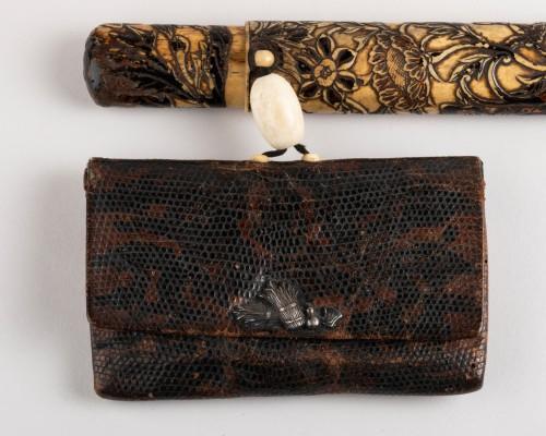 Antiquités - Kiseruzutsu-Pipe case in carved deer horn, black lacquer Japan Edo
