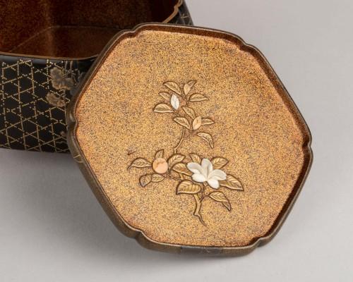 Asian Works of Art  - Octogonal incense box on three feet, Japan Edo 18th century