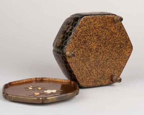 Octogonal incense box on three feet, Japan Edo 18th century -