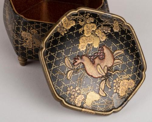 - Octogonal incense box on three feet, Japan Edo 18th century