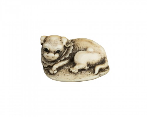 NETSUKE – Puppy lying on the carpet