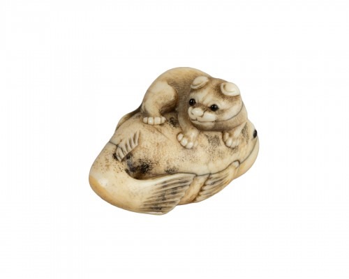 Netsuke – Puppy staying on a huge Fugu. Japon Edo