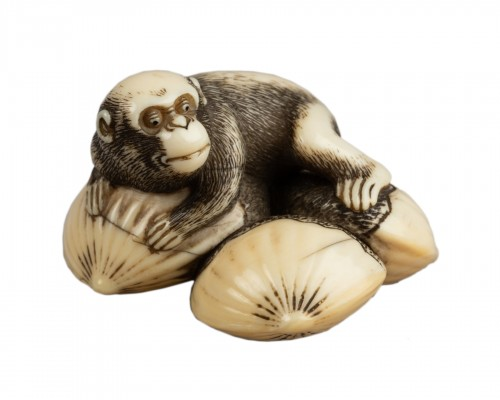 Netsuke – Monkey lying on four linked chestnuts. Japan Edo