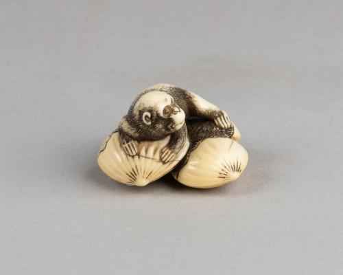 18th century - Netsuke – Monkey lying on four linked chestnuts. Japan Edo