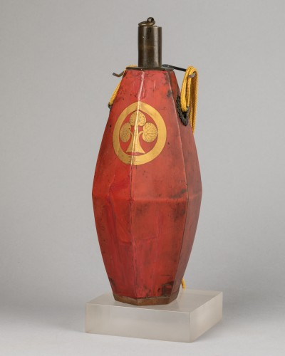 Asian Works of Art  - Japanese powder flask - The emblem (mon) of the Honda clan.