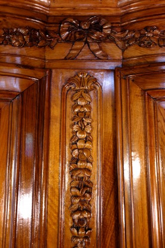 18th century - 18th century Corner cabinet in walnut