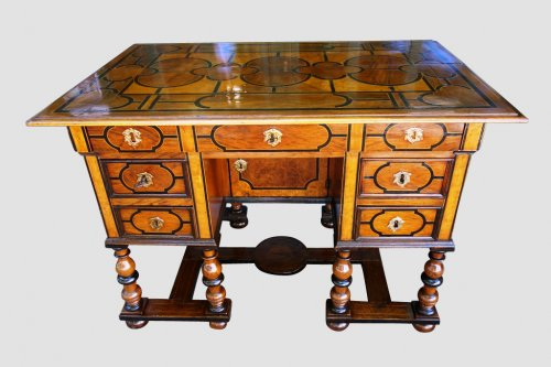 Mazarin office with broken top, end of the 17th century -