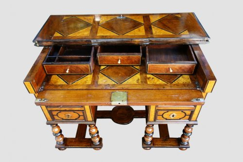 Antiquités - Mazarin office with broken top, end of the 17th century