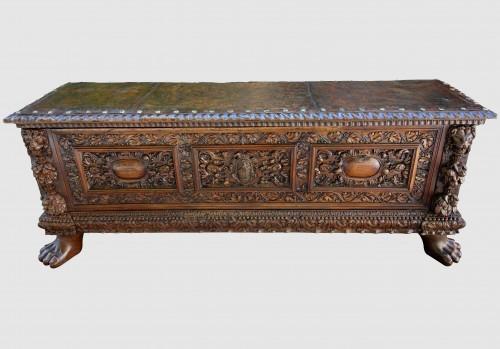 Cassone wedding chest in walnut, 17th century - Furniture Style Renaissance