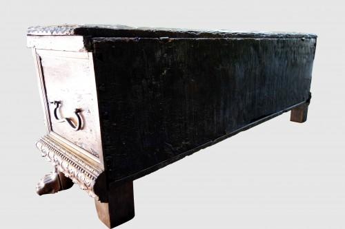 17th century - Cassone wedding chest in walnut, 17th century