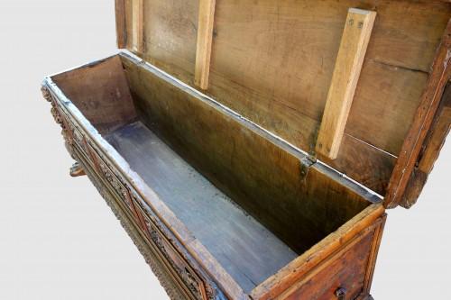 Cassone wedding chest in walnut, 17th century - Renaissance