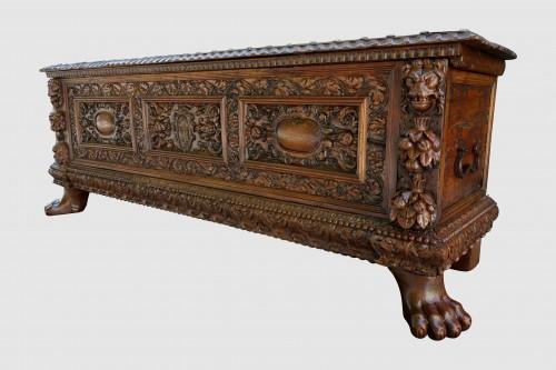 Renaissance - Cassone wedding chest in walnut, 17th century