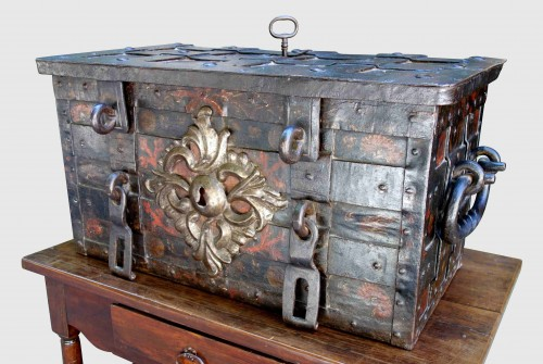 Antiquités - A 17th century Nuremberg chest
