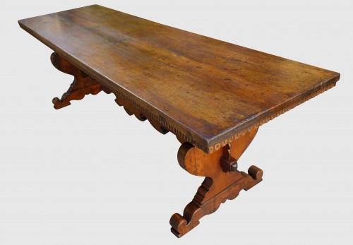 Large Italian abbey table in walnut -