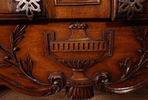 18th century - Provencal Arles sideboard in walnut, 18th century