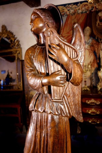 Large couple of angels in carved wood -