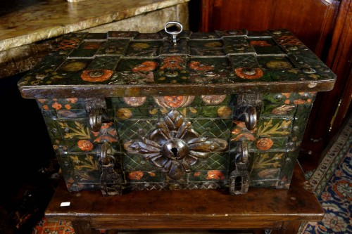 Nuremberg chest signed and polychromed - Furniture Style