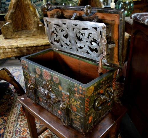 17th century - Nuremberg chest signed and polychromed