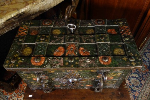Antiquités - Nuremberg chest signed and polychromed