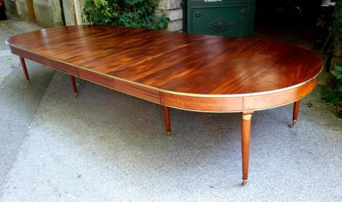 18th century - Large mahogany banquet table with Jurande hallmark