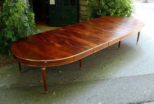 Antiquités - Large mahogany banquet table with Jurande hallmark