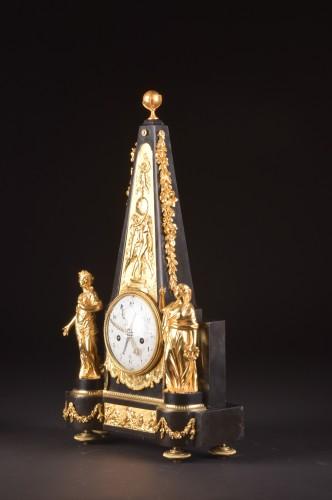 Antiquités - A large rare Obelisk Mantel clock with calendar. Late 18th c