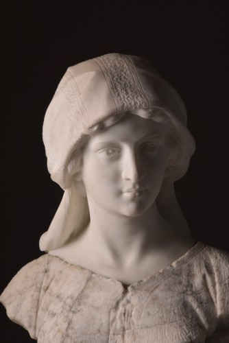 Sculpture  - Large two-tone Carrara marble bust of a young woman