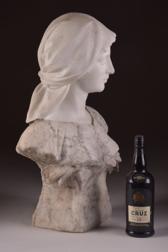 20th century - Large two-tone Carrara marble bust of a young woman