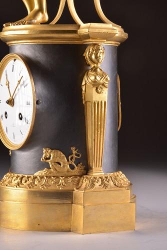"Antiquités - A beautiful bronze gilt & patinated ""Child reading"" Empire clock, ca. 1810"