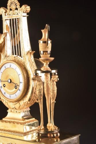 "Antiquités - A France Empire pendule, ""Apollo play Lier"""