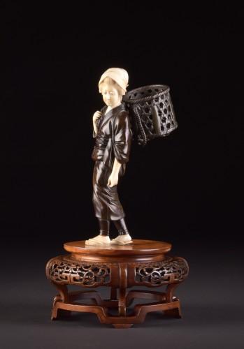 """Okimono """"Lady with basket"""", Japan Meiji period -"""