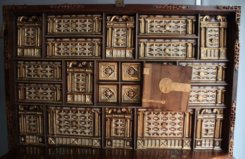 A late 16th early 17th Spanish Cabinet Vargueno with its chest of drawers - Furniture Style