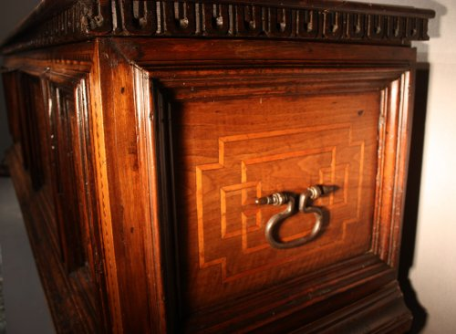 16th century - A late 15th century inlaid walnut chest cassone, Florence
