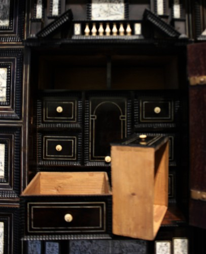 17th century - Early 17th c. Neapolitan ebony and engraved ivory cabinet