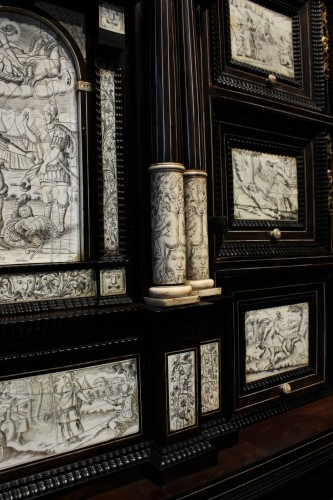 Antiquités - Early 17th c. Neapolitan ebony and engraved ivory cabinet