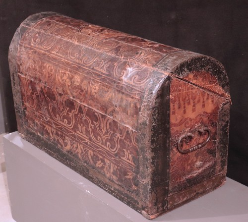 Antiquités - Leather Travel chest, Central Italy, 17th Century
