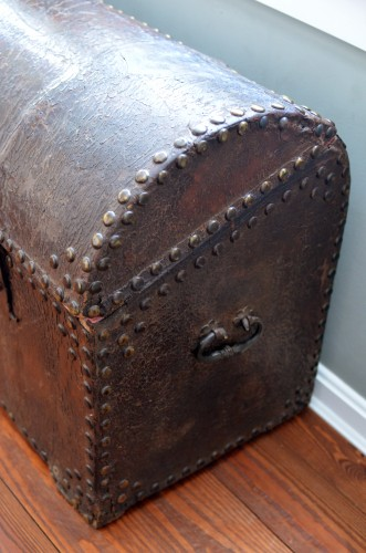 Impressive 18th century Italian studded leather storage trunk - Furniture Style Renaissance