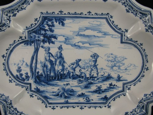 """18th century dish with """"Tempesta"""" decoration in faience from Moustiers - Porcelain & Faience Style Louis XV"""