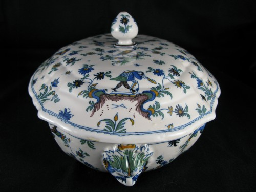 Porcelain & Faience  - Légumier covered in earthenware Moustiers eighteenth century