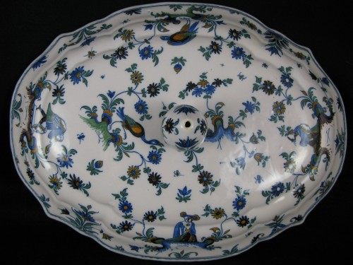 18th century - Légumier covered in earthenware Moustiers eighteenth century