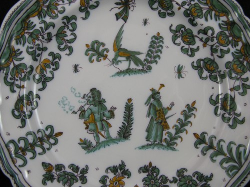 "18th century Moustiers ""decor with grotesques"" plate - Porcelain & Faience Style Louis XV"