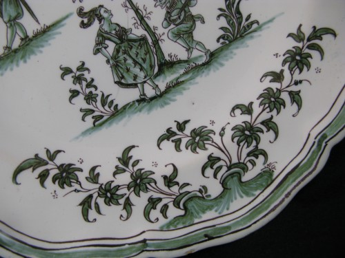 """Louis XV - Plate decorated """"with grotesques"""" in earthenware of Moustiers 18th century"""