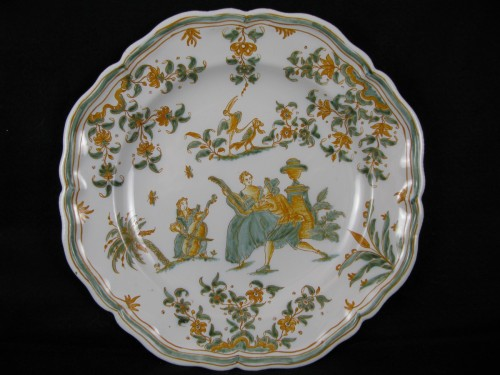 Plate with decoration of a gallant scene Moustiers 18th century - Porcelain & Faience Style Louis XV